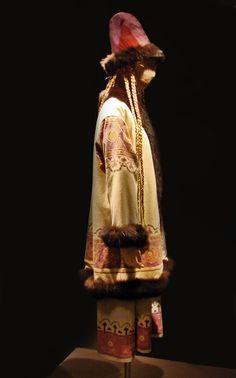 Costume pour le Sacre du printemps (Les Ballet russes, Opéra) D'après Nicolas Roerich Costume pour un rôle mauve dans le Sacre du printemps ballet de Vaslav Nijinsky Reprise à l'Opéra de Paris, 1991 Exposition Ballets russes Bibliothèque-musée de l'Opéra de Paris