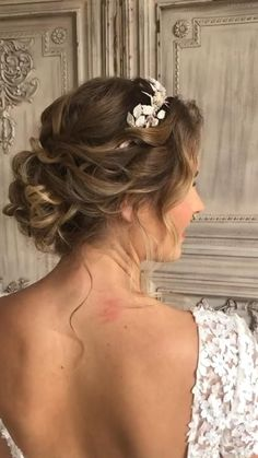 Pretty curly textured updo #hairstyles #hairideas Bridal Hairstyle Indian Wedding, Rustic Wedding Hairstyles, Wedding Hairstyles For Long Hair, Wedding Hair And Makeup, Gown Wedding, Hair Wedding, Wedding Cakes, Wedding Rings, Wedding Dresses