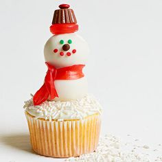 Your holiday guests will love our creative snowman cake pops. These easy-to-make snowman cupcakes are great for the holiday season.