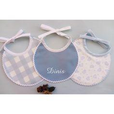 Babetes para recém nascido, com acabamento em crochê. Baby Shoes, Kids, Top Coat, Outfit, Needlework, Toddlers, Boys, For Kids, Children