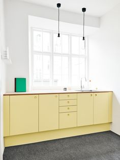 Reform's kitchen design BASIS in painted yellow. The countertop is linoleum in color Pearl. It's an IKEA hack. Yellow Kitchen Designs, Kitchen Color Trends, Kitchen Colors, Kitchen Yellow, Swedish Kitchen, New Kitchen, Kitchen Interior, Yellow Cabinets, Minimal Kitchen