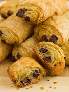 Very delicious Confectionery, enjoy this Breads chocolates (like the baker!) , it will satisfy everyone Sweet Breakfast, Breakfast Recipes, Mini Croissants, Chocolate Croissant, Baker Recipes, Bread And Pastries, Home Baking, 20 Min, Sweet Tooth