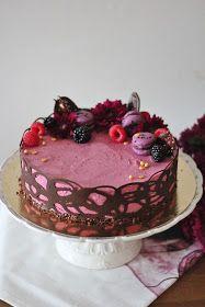 Siskollani oli eilen 40-vuotisjuhlat ja sain tehdä sinne kakkuja. Siskon toiveesta tein mustaherukkajuustokakkuja. Lisäksi tein näitä mus...