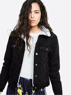 A classic denim jacket with teddy lining. Normal relaxed fit.  Svart