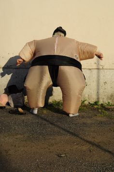 lottatore sumo regge muro