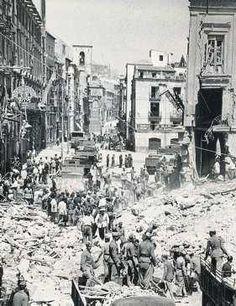 Explosión de la armería El Gato. Calle altamira- El 31 de julio de 1943, un incendio seguido de una explosión que se oyó en toda la ciudad, provocó la muerte de 17 personas además de 123 heridos y 62 inmuebles derruidos o gravemente afectados, entre ellos el Consulado del Mar, la casa anexa al pórtico de Ansaldo y el Ayuntamiento. El siniestro se produjo en la armería «El Gato» ubicada en el número 30 de la calle.