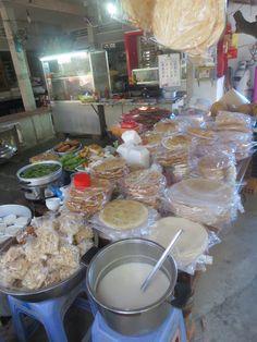 De producten die verkocht worden bij de Sau Hoai's Rice Noodle Factory. Een uniek product wat daar ontstaan is is de Rice Noodle Pizza.