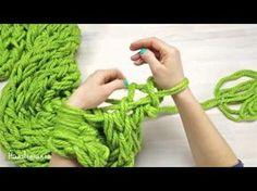 ¡BUFANDA FÁCIL EN 30 MIN! Cómo tejer con las manos ✄ Craftingeek - YouTube