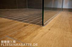 Übergang begehbare Dusche. Badezimmer Bodenfliesen Marazzi TreverkHome Larice Holzoptik kombiniert mit Mosaikfliesen Del Conca Forma braun 5x5 cm. #Mosaik