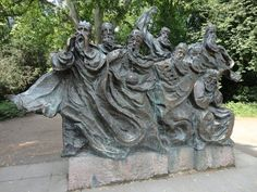 This is a figurative sculpture is called 'Des Fährmanns Traum' (Ferryman's dreaming). It is located in the so-called 'Domgarten' park in Speyer, Germany, Rheinland-Pfalz.