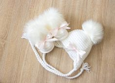 Baby girl faux fur Hat and Booties – White hat Hat and boots with bows – Crochet Baby Girl clothes – Newborn girl clothes – Baby girl gift Baby Mädchen Kunstpelz Hut und Stiefeletten Weißer Hut Hut und Stiefeletten Baby Girl Hats, Girl With Hat, Girls Hats, Baby Hut, Baby Baby, Crochet Bebe, Hat Crochet, Winter Outfits For Girls, Newborn Girl Outfits