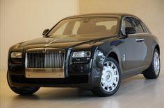 """De nieuw verkrijgbare 21"""" wielen maken een gedurfd, krachtig statement. U kunt kiezen uit vijf verschillende wielontwerpen met twee verschillende afwerkingen, ieder met zijn eigen speciale karakter. Alle wielen zijn voorzien van unieke, zelfrichtende wielmiddens die het Rolls-Royce monogram altijd correct weergeven, terwijl de klassieke 2:1 verhouding van het wiel ten opzichte van de carrosseriehoogte de sleutel tot Rolls-Royce DNA vormen."""