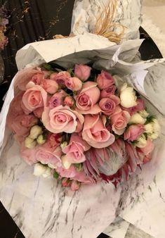 Flower Bouquet For Girlfriend Valentine's Day Pink Roses bouquet for girlfriend Flower Bouquet For Girlfriend Valentine's Day Pink Roses Bunch Of Flowers, My Flower, Fresh Flowers, Beautiful Flowers, Rose Color Meanings, Tumblr Flower, Orquideas Cymbidium, Luxury Flowers, Flower Aesthetic