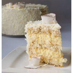 Торт Кокосовый. По мотивам Raffaello. Кокосовый бисквит, хрустящий слой с кокосом и миндалем, нежный шоколадно-пломбирный крем.