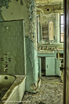 https://flic.kr/p/7mx4jR | Abandoned Ranch House Bathroom Abandoned Property, Abandoned Asylums, Abandoned Castles, Abandoned Houses, Abandoned Places, Old Houses, Abandoned Ships, Derelict Buildings, Old Buildings