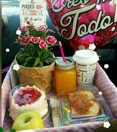 Basket picnic romantic ideas for 2019 Breakfast Basket, Diy Gift Baskets, Basket Gift, Gastro, Birthday Breakfast, Sweet Box, Healthy Snacks For Kids, Food Packaging, Food Gifts