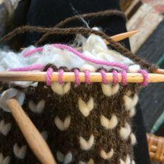 Peukalon paikka merkitään neulomalla ylimääräisellä erivärisellä langalla. Patterned Socks, Opi, Hair Accessories, Knitting, Hair Styles, Patterns, Hair Plait Styles, Block Prints, Tricot