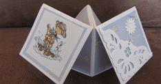 Vouwkaart open. Vouwkaart dicht. ZO maak je het:  Neem 2 stukken karton van 13,5 X 13,5 cm. Vouw het karton dubbel, weer open...