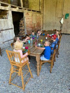table d'hôtes voor de kinderen Outdoor Furniture Sets, Outdoor Decor, Restaurant, Home Decor, Decoration Home, Room Decor, Diner Restaurant, Restaurants, Home Interior Design