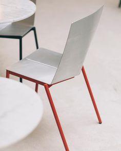 """""""[#Design]  Le designer Erno Dierckx, a réfléchi à une #chaise parfaite de style industriello-futuriste pour les bistrots, formée en pliant l'#aluminium. De quoi se plier entre amis ! 🤣 #LeMetalist"""" Design Furniture, Fine Furniture, Prototype Design, Table, Studio, Designer, Home Decor, Minimalism, Chair"""