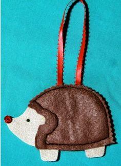 I must learn how to make the hedgehog ornament! Felt Crafts, Crafts To Make, Diy Crafts, Wool Applique, Applique Patterns, Hedgehog Craft, Animal Templates, Crafty Craft, Crafting