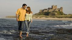 Couple sur une plage Couple, New York Skyline, Travel, Romantic Things, Vacation, The Beach, Viajes, Couples, Trips