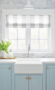 Laundry-Room : La lavanderia organizzata, luminosa e allegra di Jillian Harris. Blue Kitchen Cabinets, Kitchen Buffet, Painting Kitchen Cabinets, New Kitchen, Kitchen Dining, Kitchen Decor, Kitchen Ideas, Kitchen Hacks, Hickory Kitchen