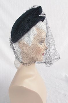 Please like my Facebook Page http://www.facebook.com/MyVintageHatShop for exclusive discounts and promotions.  Stylish hat from the mid 40s. It