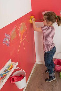 Eine Kinderzimmerwand kann man auch mit bunter Kreide kreativ gestalten. #kinderzimmer #wandgestaltung #bunte #farben #bilder #kunstwerk