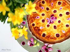 Raikas Rahkapiirakka (sitruuna+vadelma) kuuluu pääsiäispöytään! Vadelmat raikastavat sitruunaista rahkatäytettä ihanasti ja tuovat väriä piirakkaan!