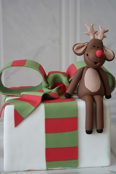 Gorgeous - Rudolph sitting on a present cake. In fact, this would make a lovely Christmas gift :) Christmas Cake Designs, Christmas Cake Decorations, Christmas Sweets, Holiday Cakes, Noel Christmas, Christmas Goodies, Christmas Baking, Christmas Cakes, Xmas Cakes
