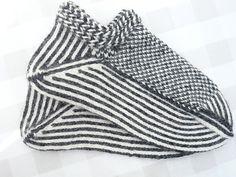 Billedresultat for twined knitting Knitting Socks, Knitting Stitches, Hand Knitting, Knitting Patterns, Lots Of Socks, Knitted Slippers, Knit Slippers Pattern, Yarn Inspiration, Fingerless Mitts