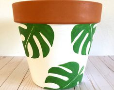 Terracotta Plant Pots, Painted Plant Pots, Painted Flower Pots, Decorated Flower Pots, Flower Pot Art, Flower Pot Design, Flower Pot Crafts, Pottery Painting Designs, Posca