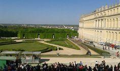 """O Palácio de Versalhes, residência dos reis franceses Luís XIV a Luís XVI, é um dos mais conhecidos do mundo e um dos maiores da Europa. Construído por Luís XIV (o Rei Sol) tem dimensões ofuscantes. É um dos lugares mais visitados da França. A fachada exibe toda a ostentação da monarquia. A estátua de Luis XIV - o Rei Sol, à direita, marca o início do Pátio Real. Adentrando o portão, uma """"aula"""" de história e arte francesa nos aguarda."""