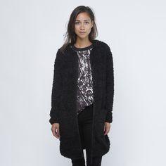 Jakke/Cardigan fra Noisy May. Materiale: 100% Polyester. Fotomodellen måler 168 cm og er fotograferet i str. S.