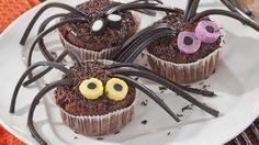 Suklaan ja mansikan makuiset muffinit muuttuvat koristeiden avulla Halloween- hämähäkkimuffineiksi.