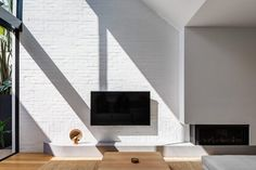 Image 9 of 20 from gallery of Cloud House / Akin Atelier. Photograph by Murray Fredericks White Brick Walls, Internal Courtyard, Home Improvement Projects, Architecture, Ground Floor, Decoration, Living Spaces, Living Room, Living Area