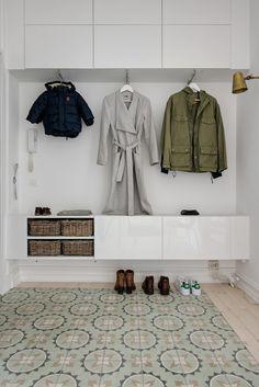 Asunto satavuotiaassa talossa - All you need is White Hallway Inspiration, Interior Design Inspiration, Hallway Furniture, Entryway Decor, Small Room Bedroom, Home Bedroom, Flur Design, Small Entrance, Entrance Hall
