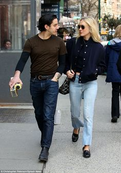 Chloe Sevigny passionately kisses boyfriend Ricky Saiz in NYC Celebrity Outfits, Celebrity Style, Chloe Sevigny Style, Stylish Outfits, Cool Outfits, Sartorialist, Summer Looks, Black Tops, Winter Outfits