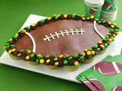 FOOTBALL CUPCAKE PULL APARTS: Team up cupcakes to create a winning play with a football party cake  #football #cupcake