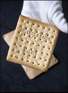 La cookie / galleta más caro del mundo. Fue rescatado del Titanic y se vendió en una subasta en Inglaterra por $ 23.000