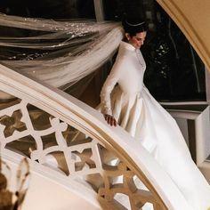 Η σχεδιάστρια κοσμημάτων, κόρη του γνωστού κοσμηματοπώλη Κώστα Καίσαρη, παντρεύτηκε τον αγαπημένο της, Βέλγο επιχειρηματία, παρουσία πολλών διάσημων καλεσμένων Couture Wedding Gowns, Designer Wedding Dresses, Happily Ever After, Anastasia, Veil, One Shoulder Wedding Dress, Wedding Day, Glamour, Bridal