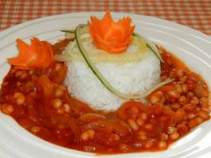 Kytičkový den - fazolový guláš se zeleninou-na oleji orestujeme cibuli, přidáme nakrájené papriky a rajčátka, osolíme ,opepříme, přidáme lžičku rajčatového protlaku,vorčestr, podlijeme vodou,,dusíme,pak přidáme konzervované fazole a zahustíme hraškou.Dochutíme kořením dle chuti. Chana Masala, I Foods, Ethnic Recipes, Diet, Kochen