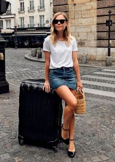 Saia jeans é a pedida para os dias quentes, ela da um twist no look camiseta e jeans, né?