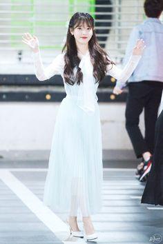 아이유 \'나의 이지은\' 미니팬미팅 출퇴근 이 사진은 올릴까말까 하다가 여기서도 지은이와 우리들만의 추억이 있었다는걸 말하고 싶었다. 단, 사진 삭제 요청이 나오면 바로 지우겠음. 자세한 후기는 곧!!!! 일단 Iu Fashion, Korean Fashion, Japanese Fashion, Celebs, Celebrities, Airport Style, Korean Outfits, Korean Beauty, Girl Crushes