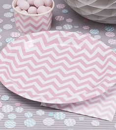 Coole Pappteller mit rosafarbenem Zickzack-Muster für jede Gelegenheit. Durchmesser: 23 cm.
