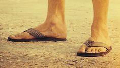Modelos de couro tecido ou borracha. Descubra como usar a peça casual com estilo e não passar perrengue no calor  continue lendo em Chinelo masculino para o verão: Quais tipos e como usar?