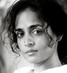 """Arundhati Roy   """" En todo caso, una de las responsabilidades de los artistas en general, y del escritor en particular, es cuestionarlo todo."""""""