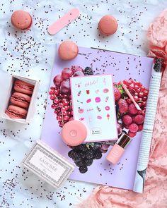 Colazione con macaron e caffè Ma... riuscite a trovare l'unico macaron non commestibile? Si tratta di quello contenuto nel kit…