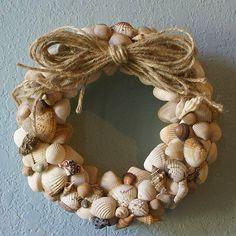 Home Decoration, Delightful Seashell Wreath Design With Rope: Beautiful Seashell Wreath Ideas for Appealing Home Decorating Nautical Wreath, Seashell Wreath, Seashell Art, Seashell Crafts, Beach Crafts, Diy And Crafts, Seashell Projects, Straw Wreath, Summer Wreath